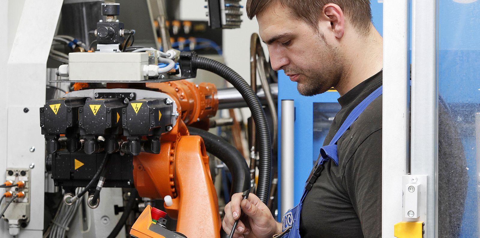 HDO Mitarbeiter überwacht eine Maschine in der Fertigung