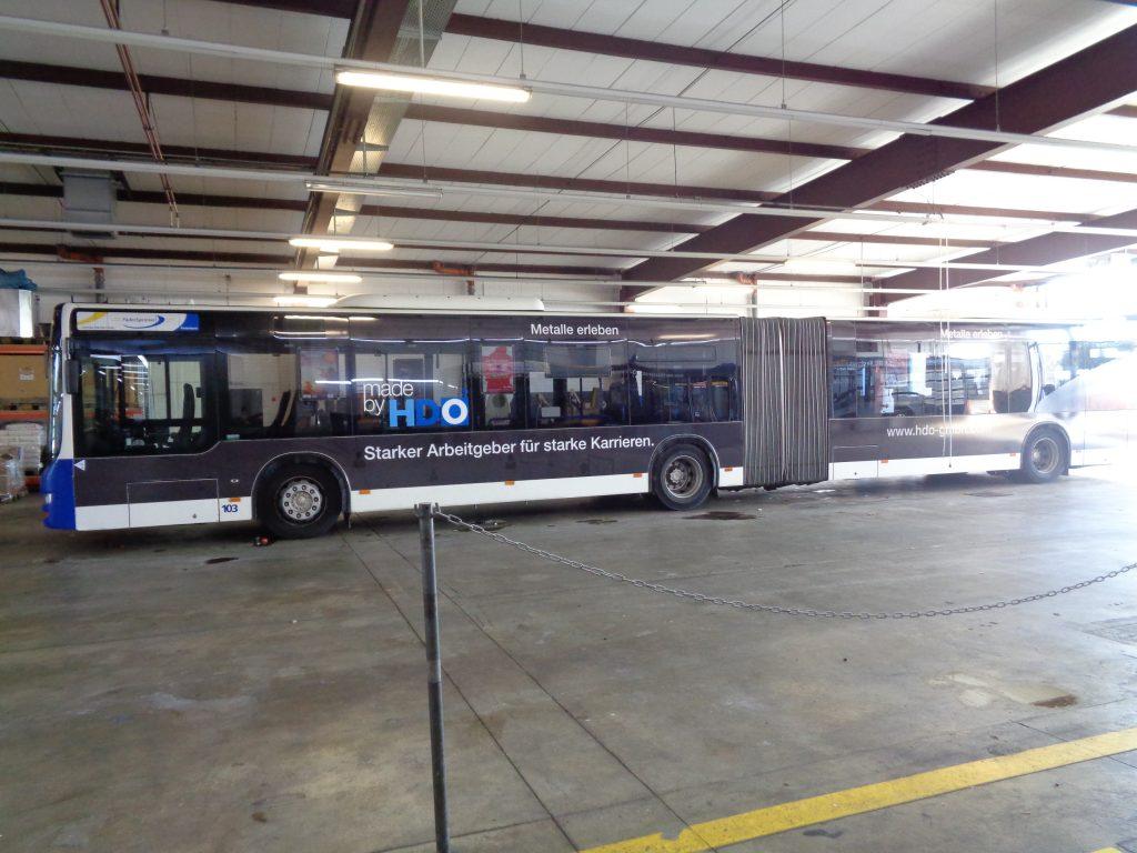 Gesamtansicht des Busses mit der HDO Verkehrsmittelwerbung