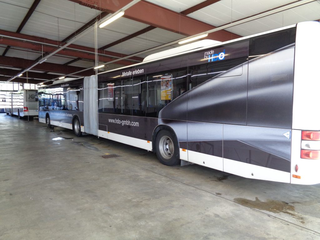 Seitenansicht eines Busses mit HDO Verkehrsmittelwerbung