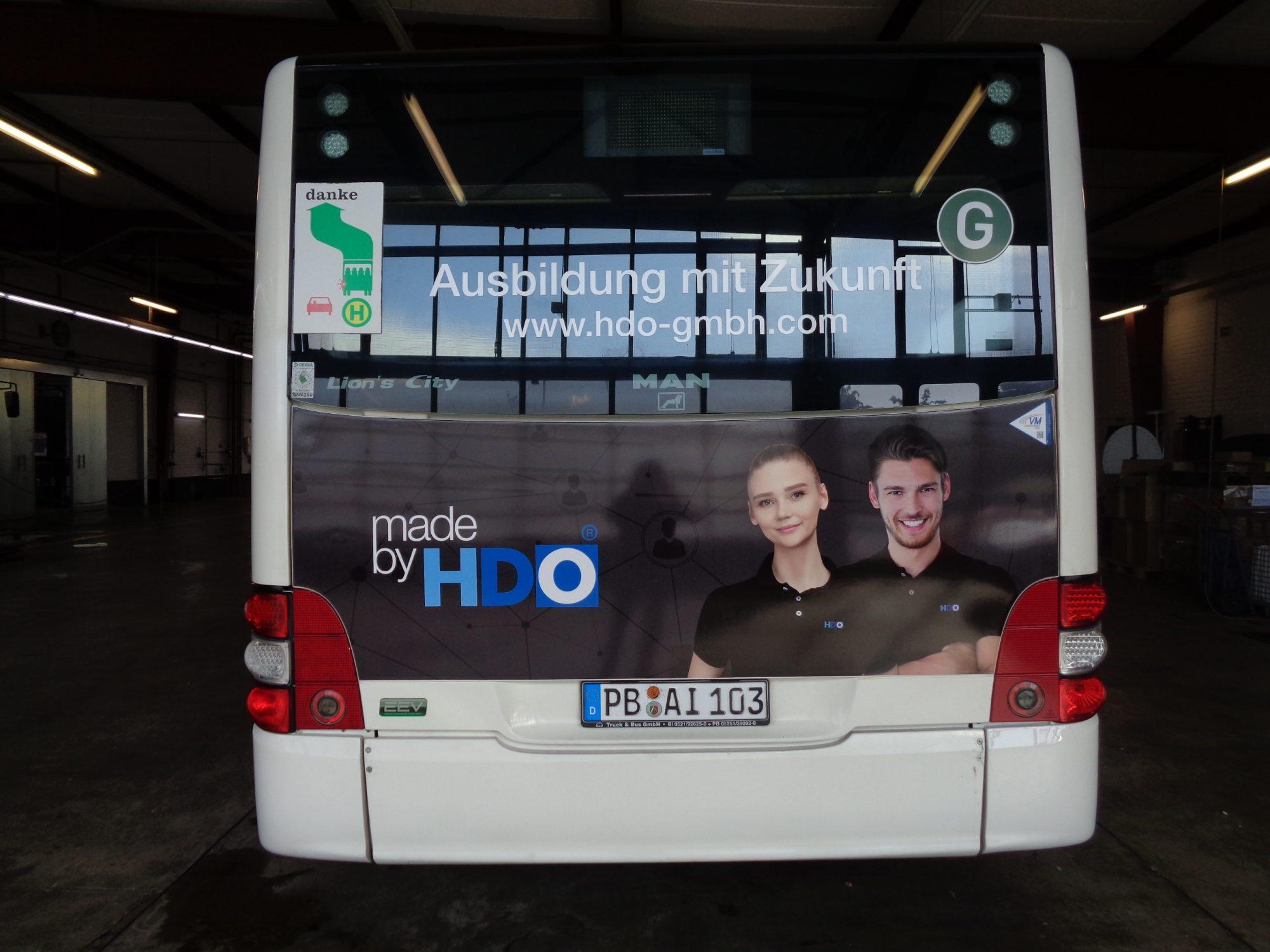Rückseite des Busses mit der HDO Verkehrsmittelwerbung