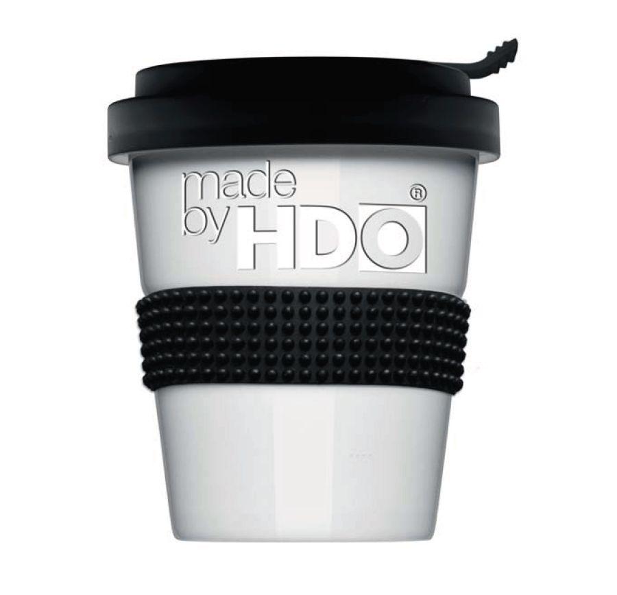 Nachhaltiger Coffee to go Becher mit der Aufschrift made by HDO