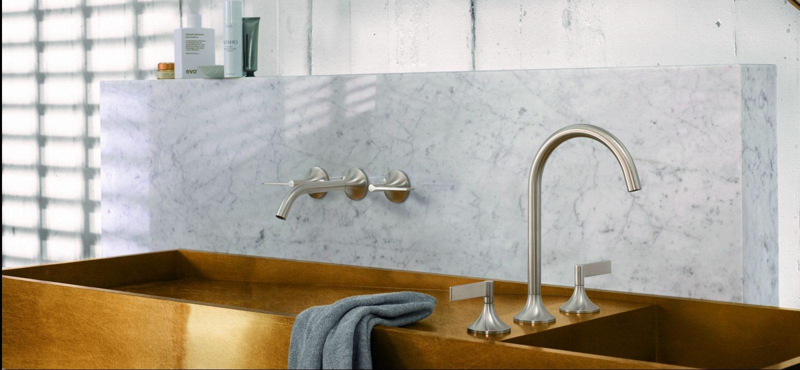 Großes goldenes Waschbecken mit silbernen Wasserhähnen