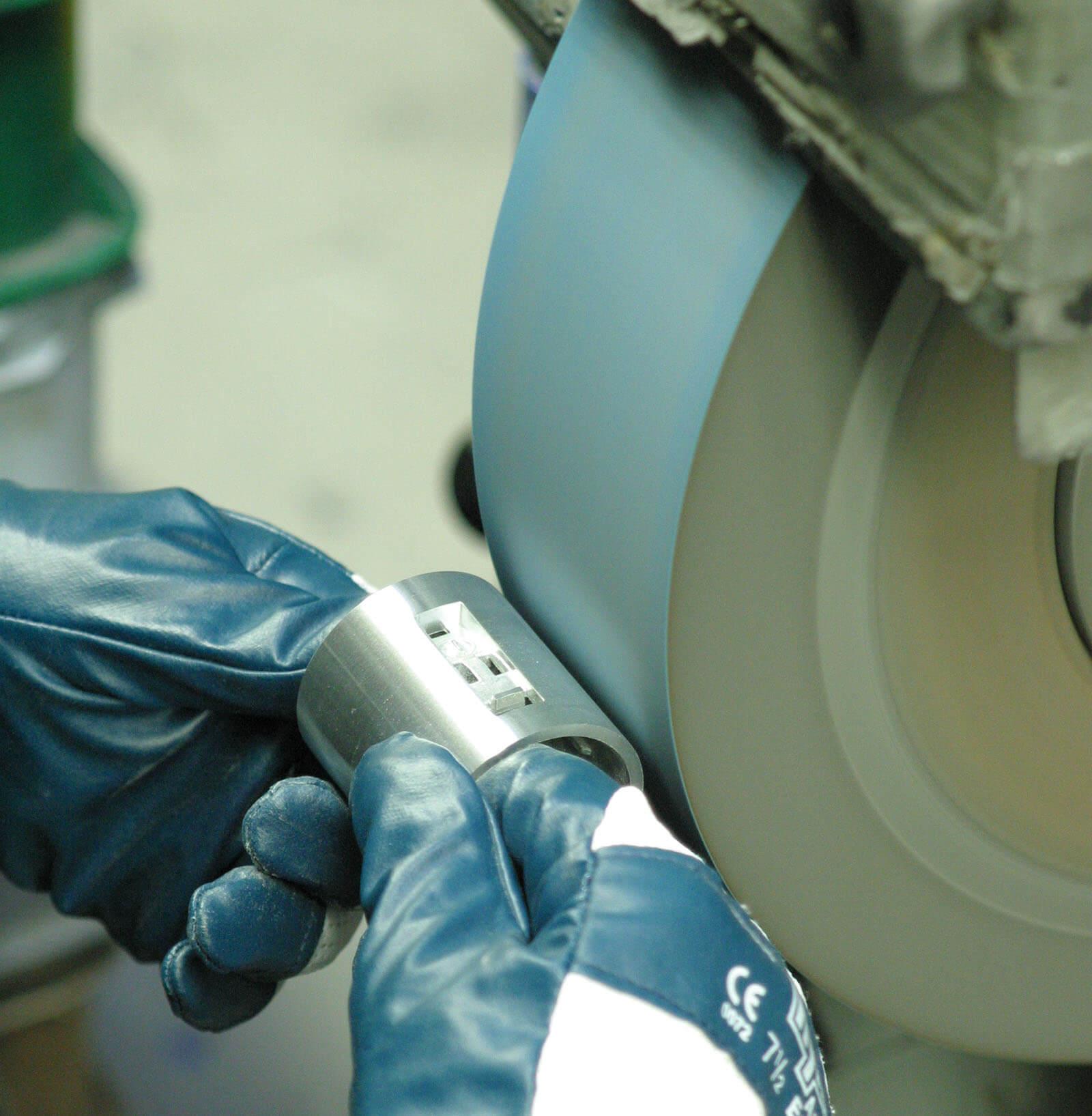 HDO Mitarbeiter schleift Metall per Hand