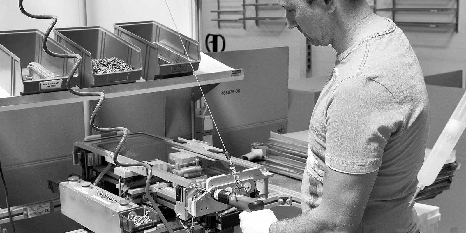 Bild in schwarz weiß eines HDO Mitarbeiters in der Produktion
